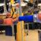 Robotníci automobilky Ford spolupracujú s robotmi